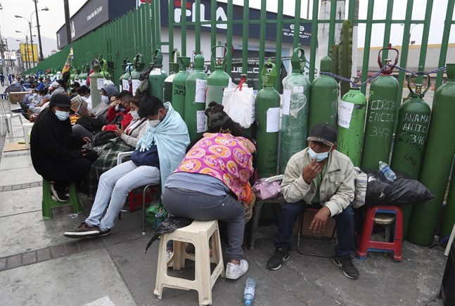 Peruaner har tvingats vänta flera dagar för att fylla på syrgastuber de senaste veckorna.