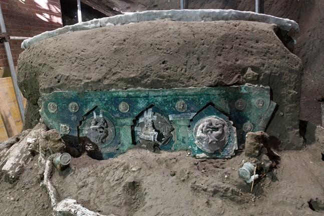 Den ceremoniella romerska vagn som hittats av arkeologer utanför Pompeji, den italienska stad som ödelades av ett vulkanutbrott år 79.