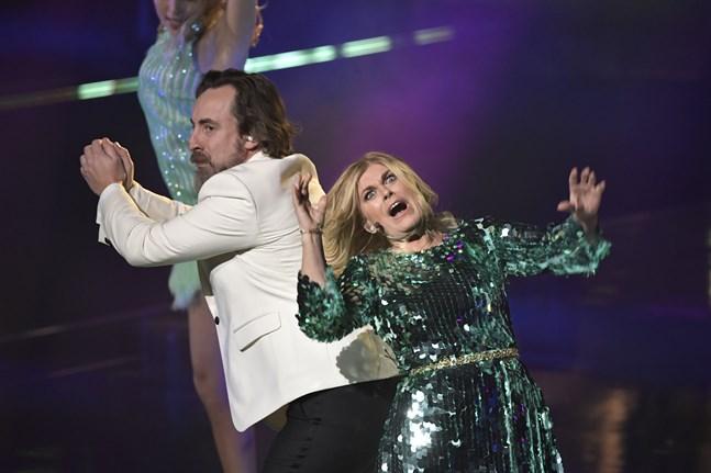 Programledarna Per Andersson och Pernilla Wahlgren showar i det Broadwayinspirerade inledningsnumret.