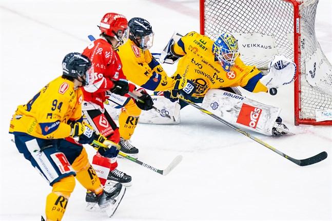 Lukkos målvakt Oskari Setänen tänjde sig i vägen för det här avslutet av Niclas Lucenius och precis allt annat Sport hade att komma med i första perioden.
