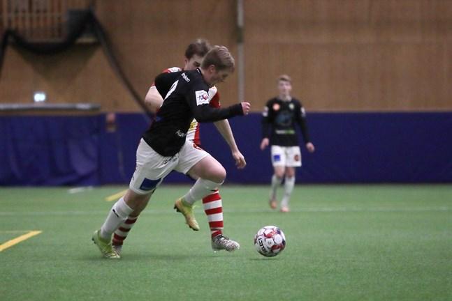 Isak Löv är en av de JBK-spelare som också kan bli aktuell för Jaro U23. Här driver Löv med bollen, medan Samuel Frilund i GBK jagar honom.