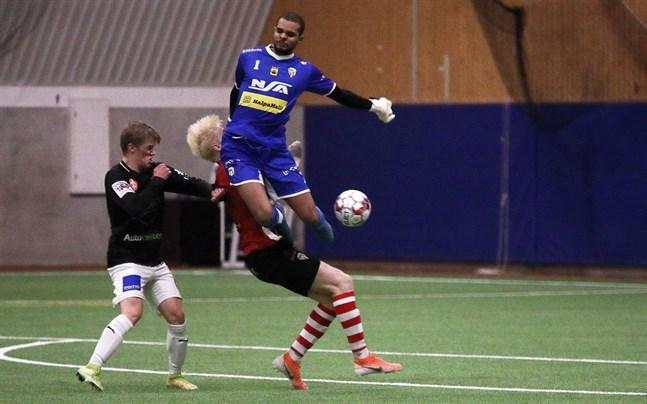 Riku Lelo Lun Koka i GBK var matchens lirare. Här är målvakten först på bollen före lagkamraten Topi Mäki och Isak Löv i JBK.