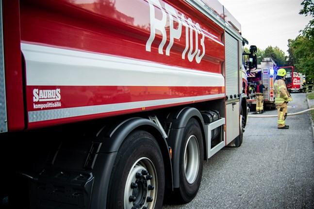 Räddningsverket arbetar för tillfället med att hindra elden från att sprida sig till närliggande byggnader.