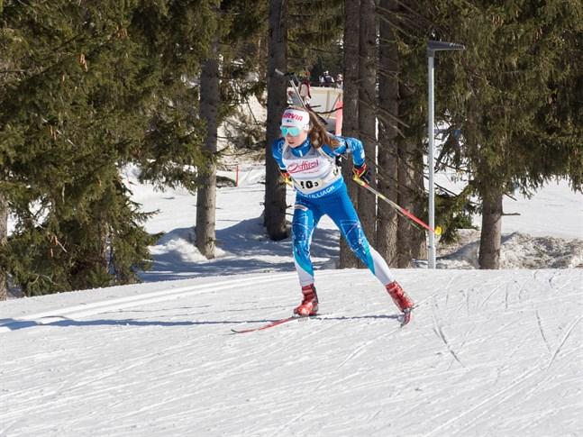Rebecca Sandnäs lyckades bäst av de finländska flickorna då skidskytte-VM började i Österrike på lördagen.