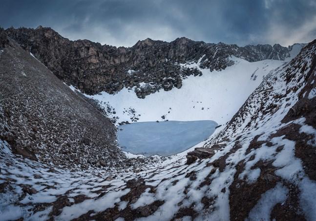 På mer än 5000 meters höjd i den indiska delen av Himalaya finns en sjö där kvarlevorna från flera hundra personer ligger huller om buller.