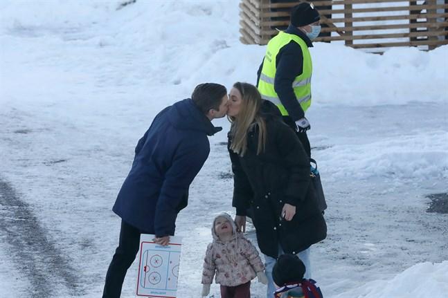 Muik Hockeys tränare Michael Ringberg fick en uppmuntrande kyss av sambon Angelica i samband med matchen mot D-Kiekko i slutet av februari.
