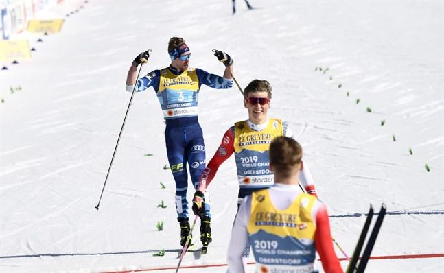Joni Mäki silverjublar efter en taktiskt fulländad ankarsträcka. Medaljen är hans första i ett internationellt mästerskap på seniornivå.