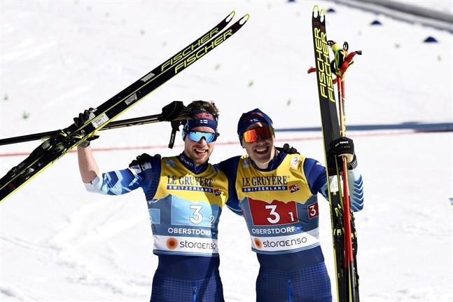 Joni Mäki och Ristomatti Hakola säkrade Finlands andra silver i skid-VM. Det första tog Ilkka Herola i nordisk kombination i fredags.