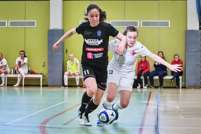 Pipsa Lahtinen stod för 2+1 i matchen mot FC Halikko på söndagseftermiddagen. Bilden är från FC Sports hemmamatch mot HIFK FS i slutet av februari.