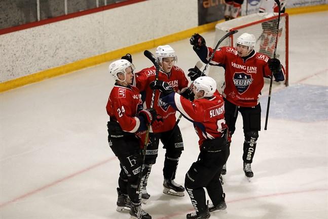 Muik Hockey fick fira en bortaseger mot HC Giants.