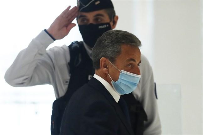 Frankrikes tidigare president Nicolas Sarkozy lämnar domstolen på måndagen efter att han dömts till ett fängelsestraff efter att han enligt rätten gjort sig skyldig till mutbrott. Domen kommer att överklagas.