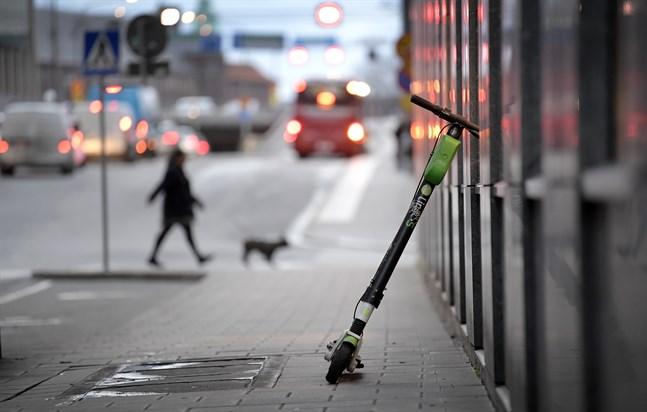 Elsparkcyklarna kan bli mer trafiksäkra efter ett förslag från Transportstyrelsen i Sverige.