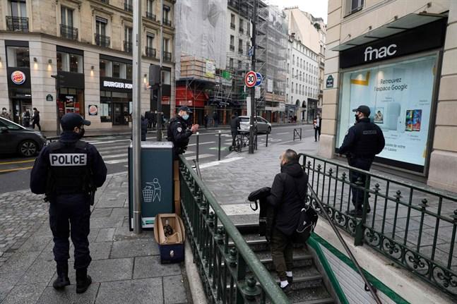 Polis i Paris ser till att alla regler följs. Just nu är restriktionerna skarpa i landet.