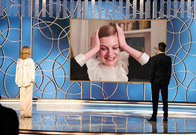 """Emma Corrin tilldelas en Golden Globe i kategorin bästa kvinnliga skådespelare i en dramaserie för sin roll som prinsessan Diana i """"The Crown"""". Priset presenterades av Kyra Sedgwick och Kevin Bacon."""