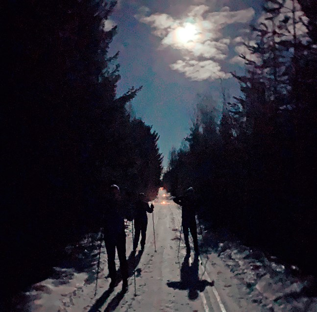 Månen lyste upp skidspåret mellan Övermark och Horonkylä då Månskensloppet gick av stapeln på fredagskvällen.