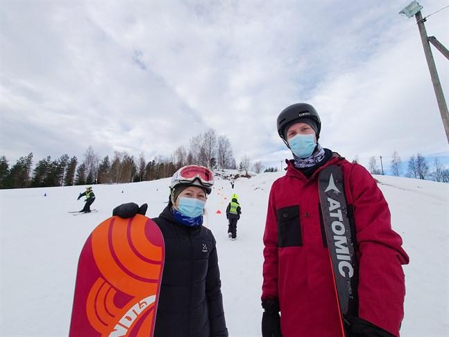 Jenny Järvelä och Lasse Peltoniemi lär barn i årskurs 1-6 att ränna snowboard och slalom vid Roskaruka i Karleby under sportlovsveckans måndag och tisdag.
