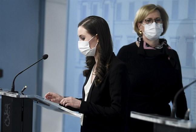 Statsminister Sanna Marin (SDP) och arbetsminister Tuula Haatainen (SDP) vid måndagens presskonferens.