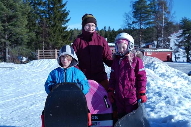 Edward Sjöstrand och Wilda Sundqvist åkte pulka tillsammans med föräldern Sonja Sundqvist.