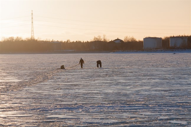 Isarna är förrädiska i Österbotten, varnar sjöbevakarna vid Vallgrunds sjöbevakningsstation.