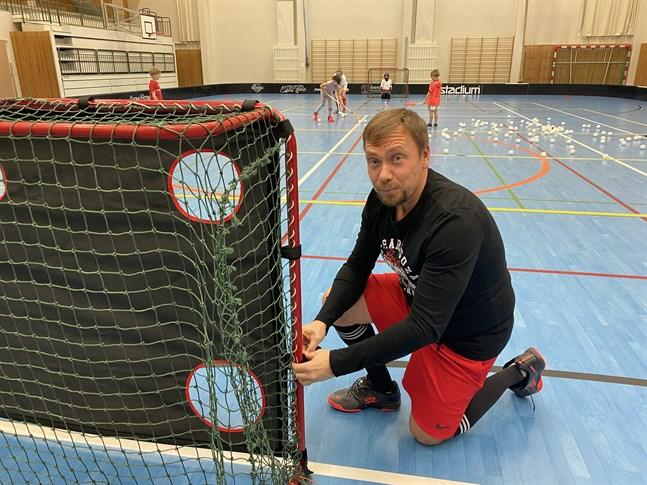 Det har varit en tung säsong för innebandyspelarna, konstaterar tränaren Mats Backlund.