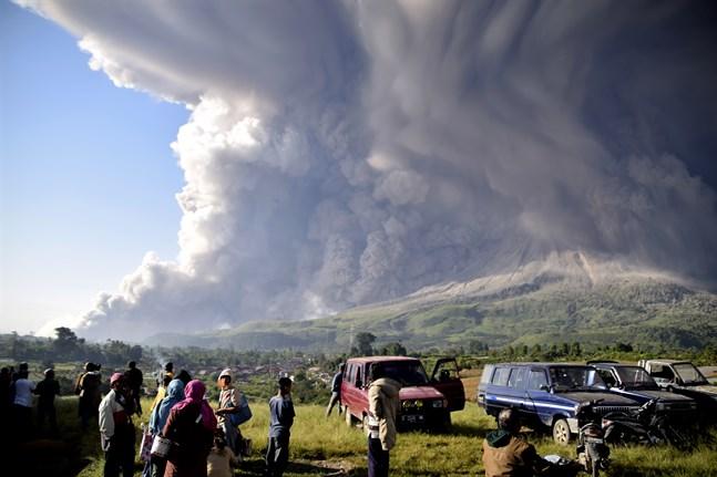 Sinabung på Sumatra spyr ur sig ett flera kilometer högt askmoln.