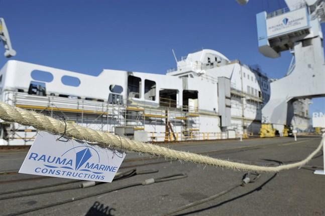 Rauma Marine Constructions stoppade produktionen vid varvet den 19 februari då över 200 av arbetarna vid varvet bekräftats smittade av coronaviruset. Det påverkar också byggandet av Wasalines nya färja Aurora Botnia.