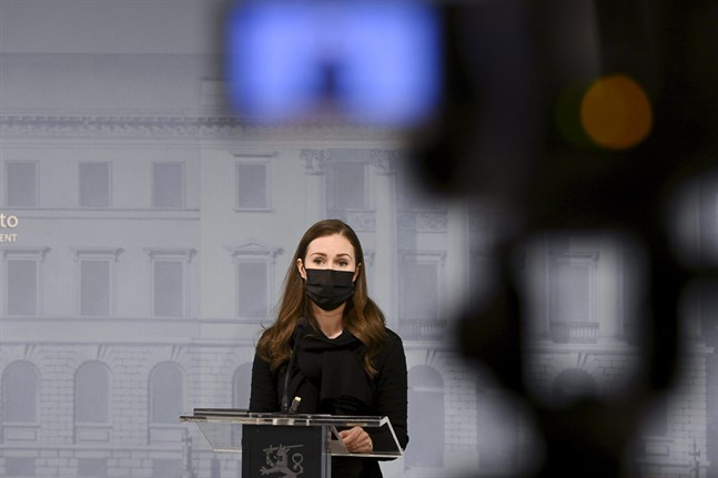 Helsingin Sanomat skriver att riksdagens talman Anu Vehviläinen (C) och riksdagens generalsekreterare Maija-Leena Paavola kritiserar regeringen för att ha satt riksdagen under tidspress i beredningen av de lagar som ämnar stoppa spridningen av coronaviruset.