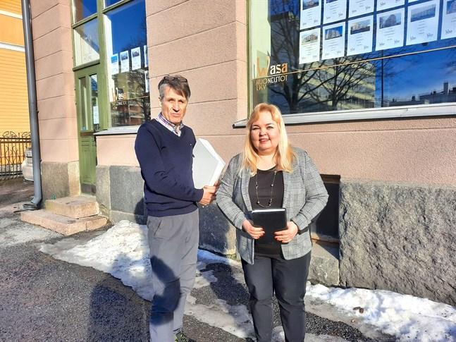 Christer Käld ger över sina mappar till Christel Björk som tar över Norma LVV:s verksamhet.