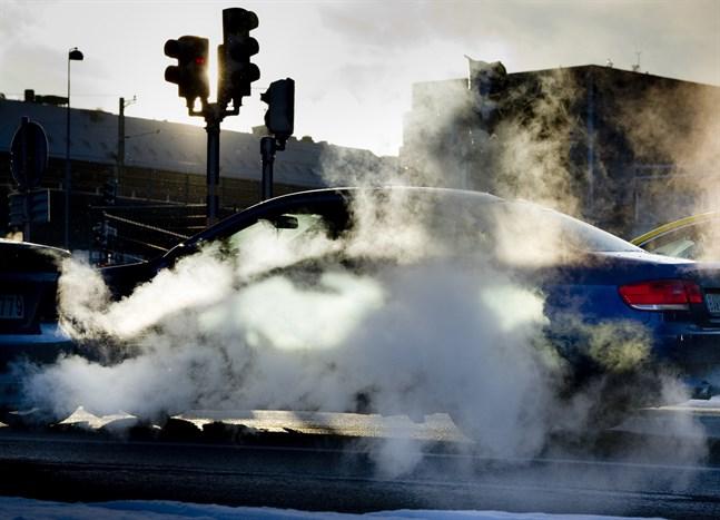 Straffskatten höjs för nya bensin- och dieseldrivna bilar som säljs i Sverige efter den 1 april.
