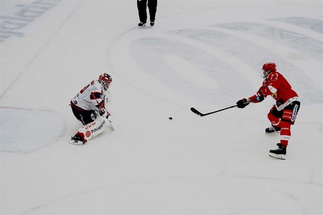Olavi Vauhkonen skjuter pucken mellan benen på HIFK:s målvakt Frans Tuohimaa i straffläggningen.