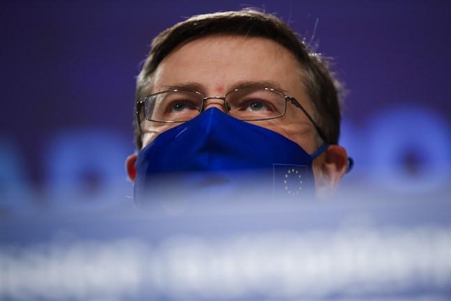 EU-kommissionens ekonomiansvarige viceordförande Valdis Dombrovskis vill ge fortsatta undantag från EU:s strikta budgetregler.