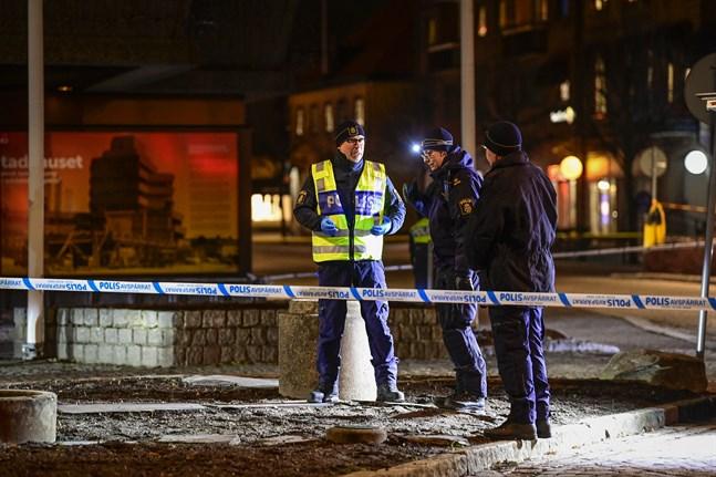 Polisens tekniker på plats i centrala Vetlanda där en man på onsdagen attackerade flera personer med ett tillhygge.