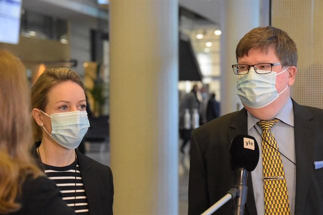 Distriktsåklagare Satu Pomoell och specialiståklagare Yrjö Reenilä yrkar på 9–12 års fängelse för förövarna i Forsbyfallet.