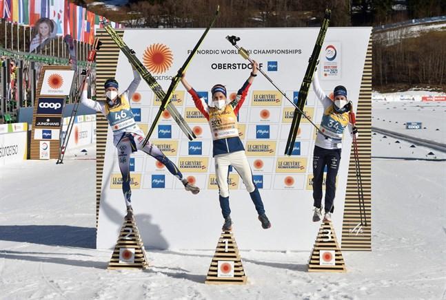 Norge (Therese Johaug), Sverige (Frida Karlsson), Sverige (Ebba Andersson). Den trion tog VM-medaljerna i såväl skiathlon som 10 kilometer fritt. I stafetten går Sverige in som storfavoriter och utmanas främst av Norge.
