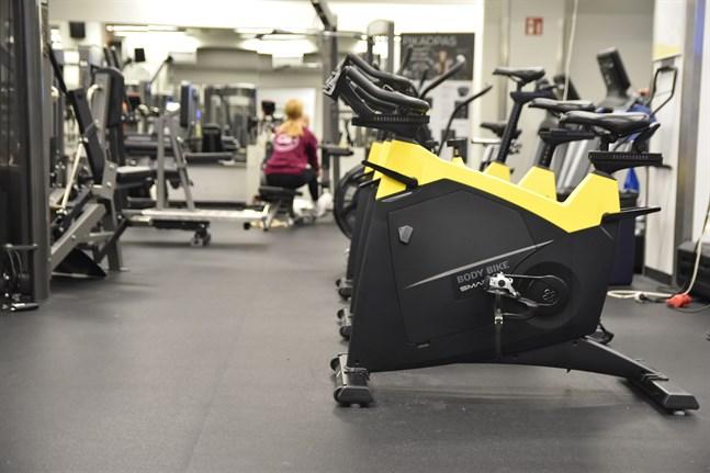 Från och med måndag får högst tio personer åt gången befinna sig i samma gymlokal i Nyland, meddelar regionförvaltningsverket i Södra Finland. Arkivbild.
