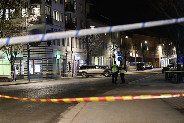 """Ett vittne beskriver hur polisen spärrade av """"hela Vetlanda"""" efter det misstänkta terrordådet."""
