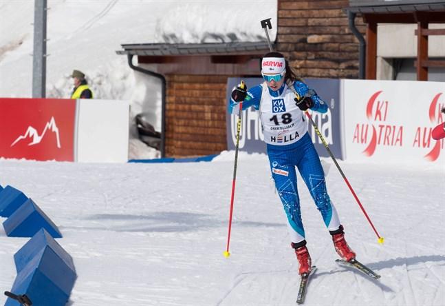 Rebecca Sandnäs har hittills åkt alla distanserna i junior-VM i skidskytte. På fredag borde hon vara given i stafettlaget. Bilden från måndagens sprinttävling.