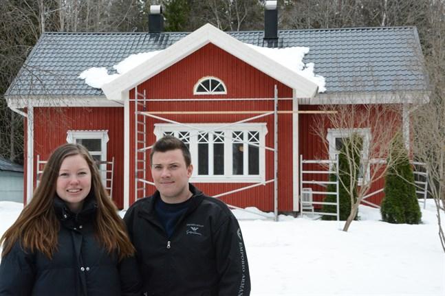Platsen och huset kändes rätt för Carmela Kärr och Sebastian Mitts. Det lilla huset i Tjöck blev deras hem efter att de skapat lite mer bostadsyta och satt sin personliga prägel på det.