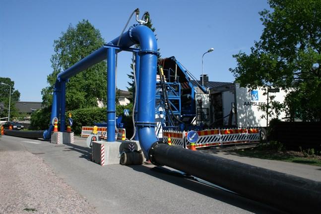 En tillfällig avloppsledning kommer att dras över en korsning i Roparnäs när rören saneras under våren. Bilden är tagen vid ett tidigare projekt.