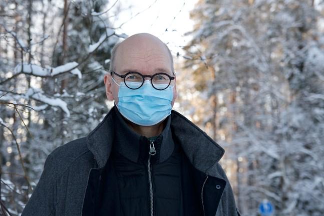 Heikki Kaukoranta, smittskyddsläkare och ledande överläkare vid Vasa stad, säger att det inte är värdelöst att stänga restauranger om man vill göra allt för att få tillbaka kontrollen över smittspridningen.