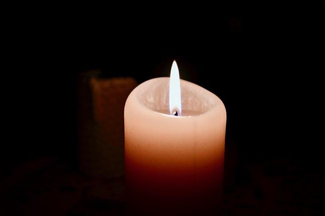 På fredagskvällen tänds ljus runtom i landet för att minnas den 16-åriga pojke som misshandlades till döds i Forsby i Helsingfors i början av december.