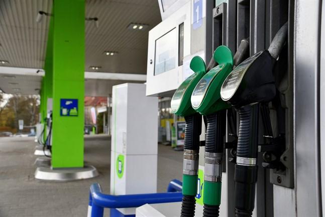Det framtida bensinpriset blev föremål för debatt i plenisalen under riksdagens frågetimme på torsdagen.