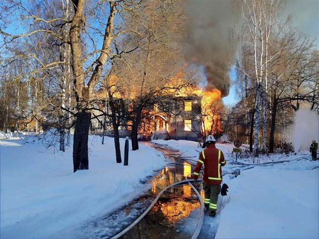 Den omkring 1000 kvadratmeter stora herrgården totalförstördes i eldsvådan.