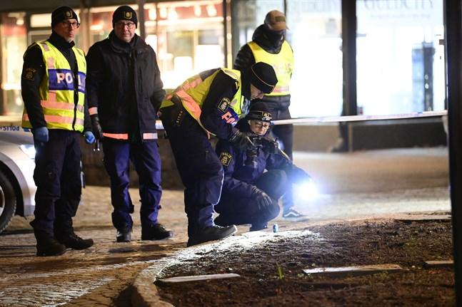 Polisens tekniker på plats under onsdagen i centrala Vetlanda där en man attackerade flera personer med ett tillhygge.