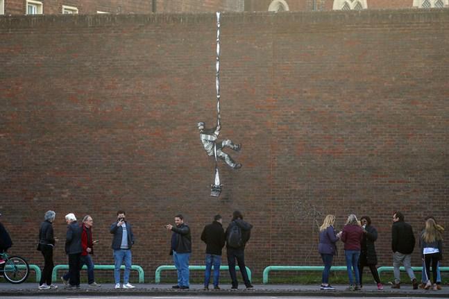 Banksy tar på sig ansvaret för en väggmålning vid ett fängelse i Reading i Storbritannien.