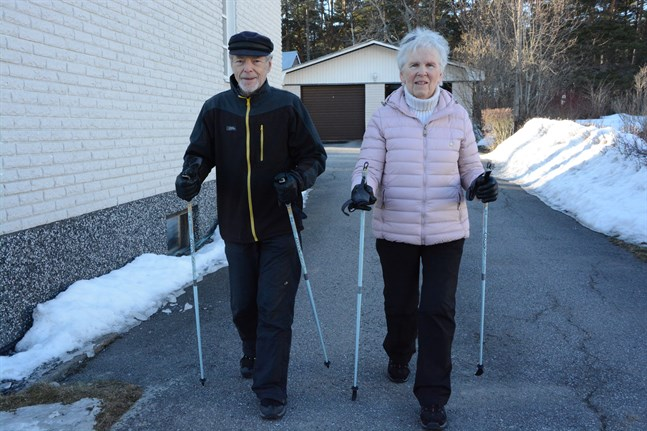 Stig och Marita Forsström håller sig i trim med långpromenader och myskvällar.