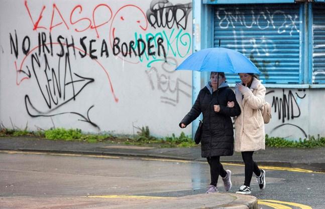 """Graffiti i centrala Belfast: """"Ingen gräns i Irländska sjön""""."""