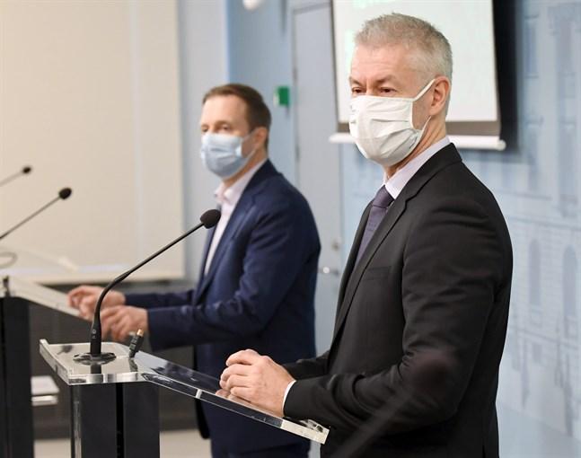 Taneli Puumalainen (till höger), överläkare vid THL, och Pasi Pohjola, direktör på Social- och hälsovårdsministeriet, på torsdagens presskonferens.