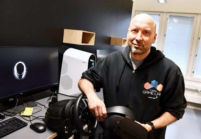 Virtuella applikationer kan användas i allt från hälsoteknologi till utbildning i hur man manövrerar stora lyftkranar, säger lektor Taisto Suominen vid Åbo yrkeshögskola.