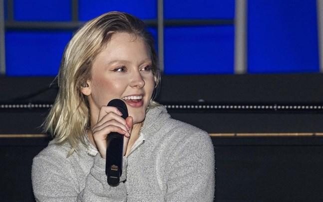 """Zara Larsson släpper albumet """"Poster girl"""". Hon är samtidigt aktuell med en konsert som liveströmmas under internationella kvinnodagen på måndag, den 8 mars."""